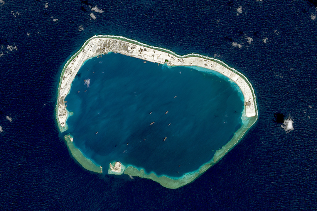 2016年2月18日,南中國海南沙群島美濟礁(Mischief Reef)的衛星圖像。 攝:Getty Images