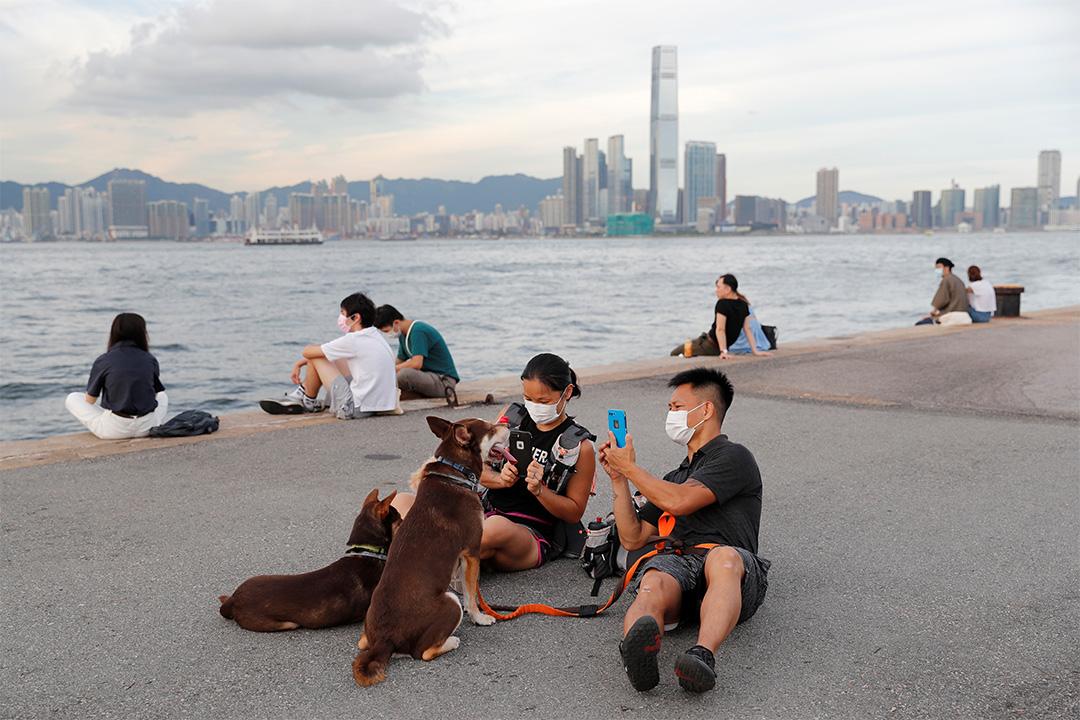 2020年7月20日,湯偉雄和杜依蘭與他們的狗散步。