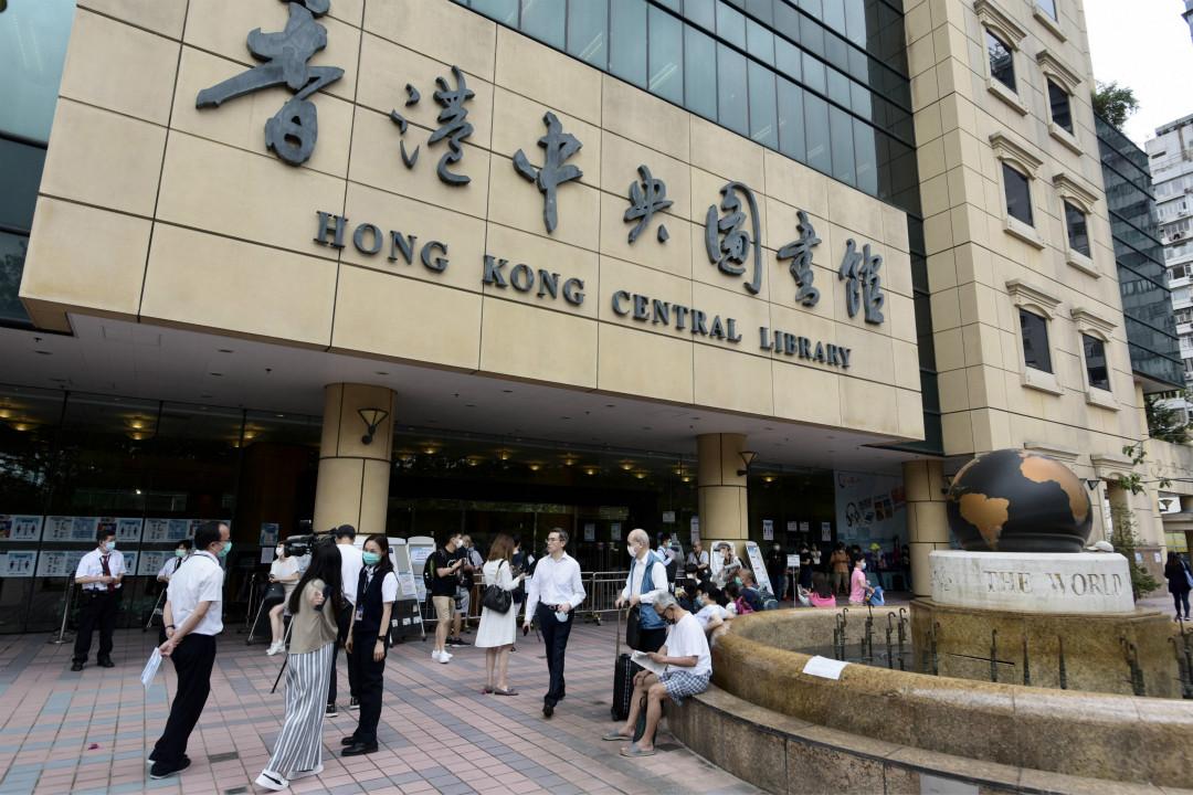 2020年5月6日,香港中央圖書館外,人們戴口罩排隊。 攝:Li Zhihua/Getty Images