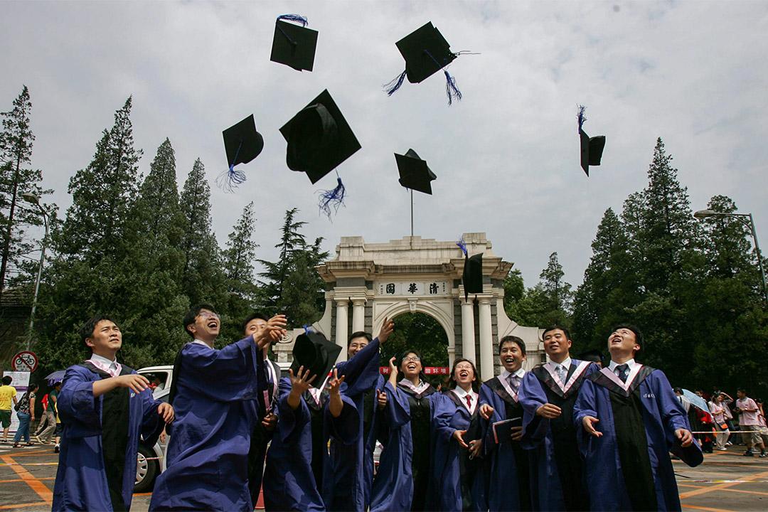2007年7月18日清華大學畢業禮,學生把他們的畢業帽扔向空中。