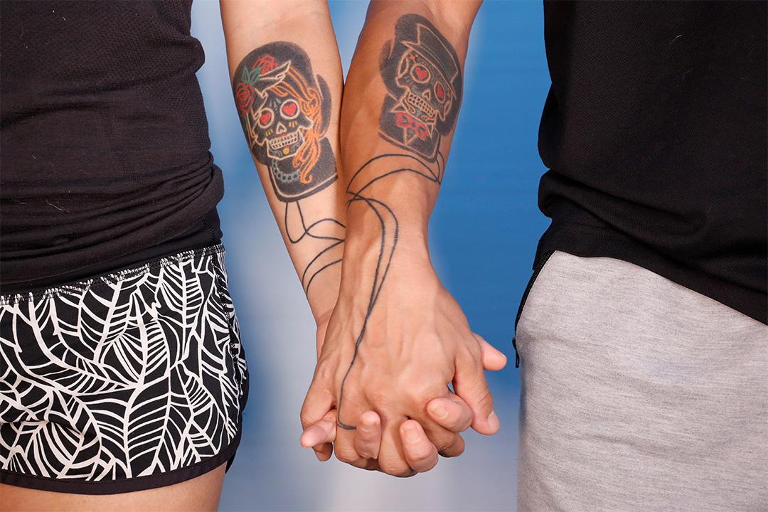2020年7月23日,湯偉雄和杜依蘭在法庭裁決前一天握著手合影留念。