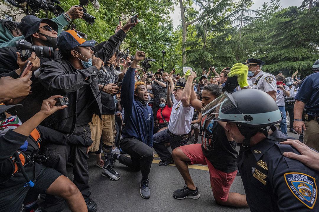 2020年6月1日,紐約市警察局局長特倫斯·莫納漢(Terence Monahan)與示威者屈膝悼念明尼阿波利斯的喬治·弗洛伊德。