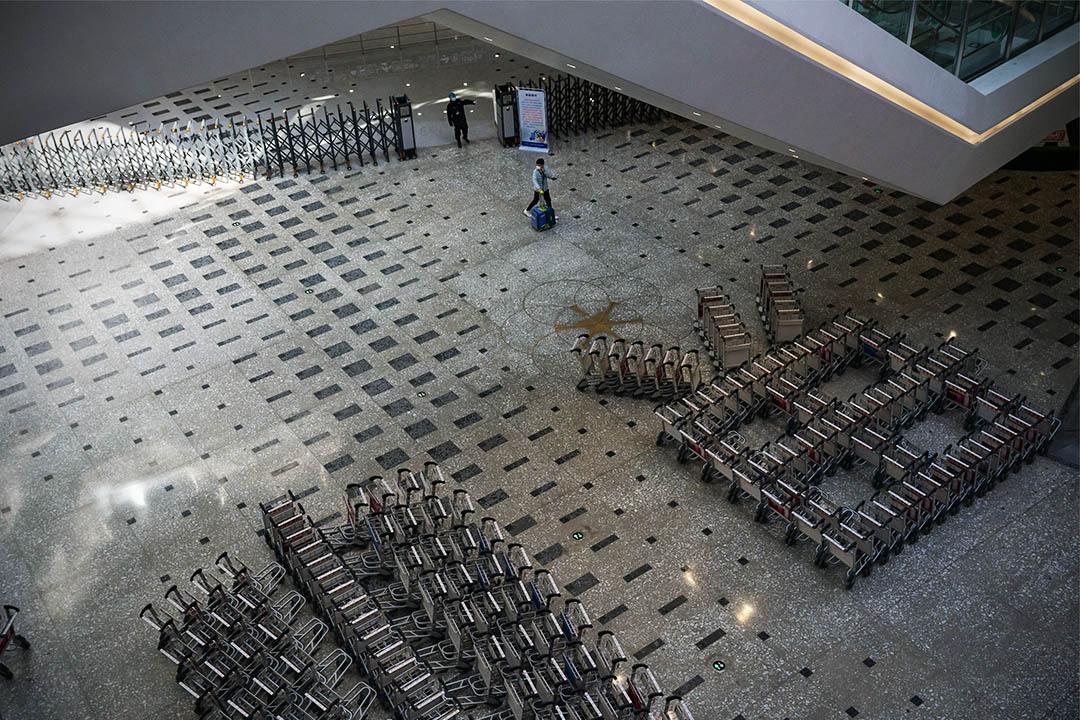 2020年3月3日,一名乘客走進北京大興國際機場。