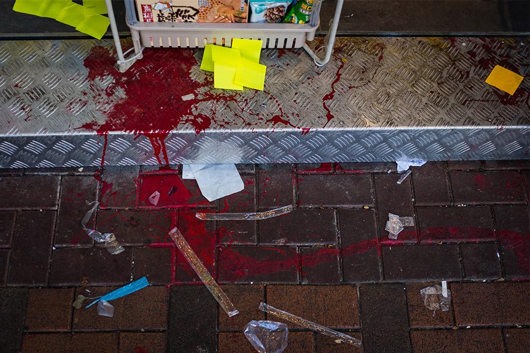 荃灣台式飲料「黃店」茶匠門外的一些便利貼和早前曾遭淋紅油的痕跡。