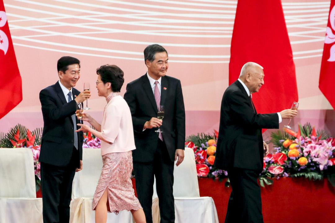 2020年7月1日,香港回歸23週年酒會上,中聯辦主任駱惠寧、特首林鄭月娥、全國政協副主席梁振英及董建華。 攝:Kin Cheung/AP/達志影像