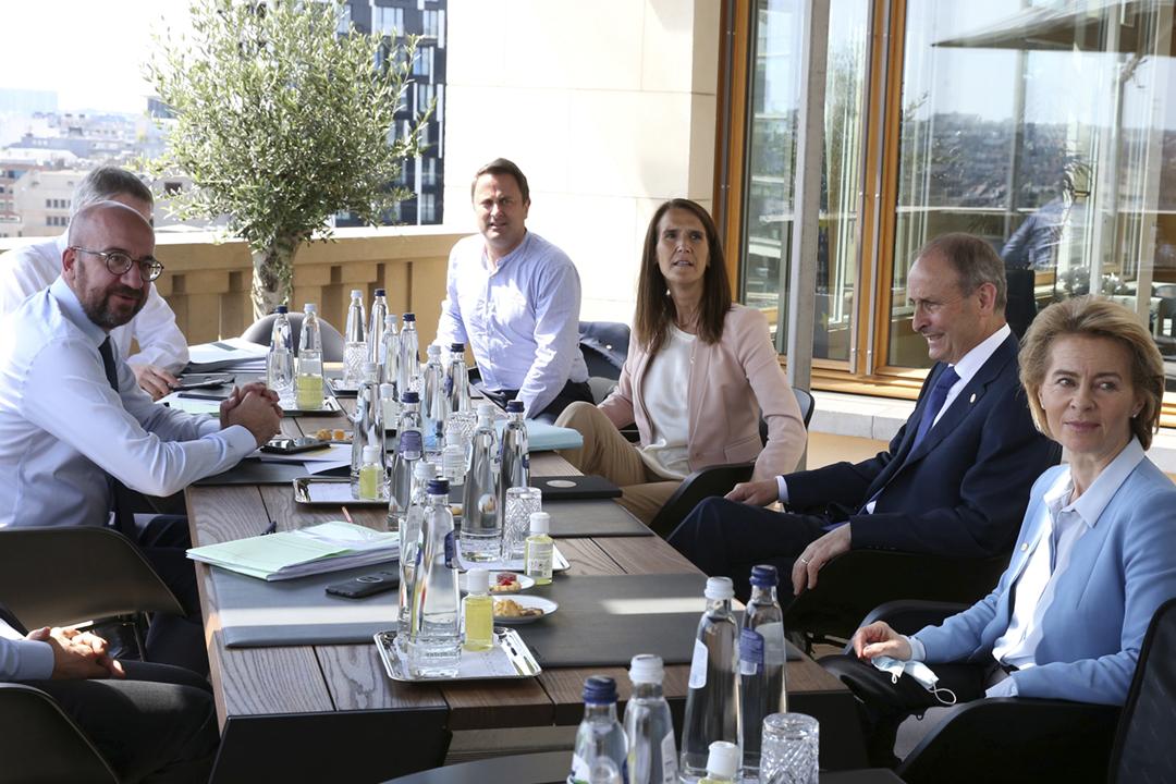 2020年7月19日在比利時布魯塞爾,歐洲理事會主席米歇爾(Charles Michel)、歐盟委員會主席馮德萊恩(Ursula von der Leyen)與愛爾蘭總理馬田(Micheal Martin)、盧森堡首相貝特爾(Xavier Bettel)、比利時首相韋梅斯(Sophie Wilmès)等歐盟部份成員國領袖進行分組會晤。 攝:Francois Walschaerts / Pool via Reuters