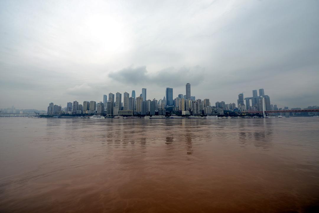 2020年7月18日,重慶長江朝天門段,長江洪峰已達180米的警告水位。