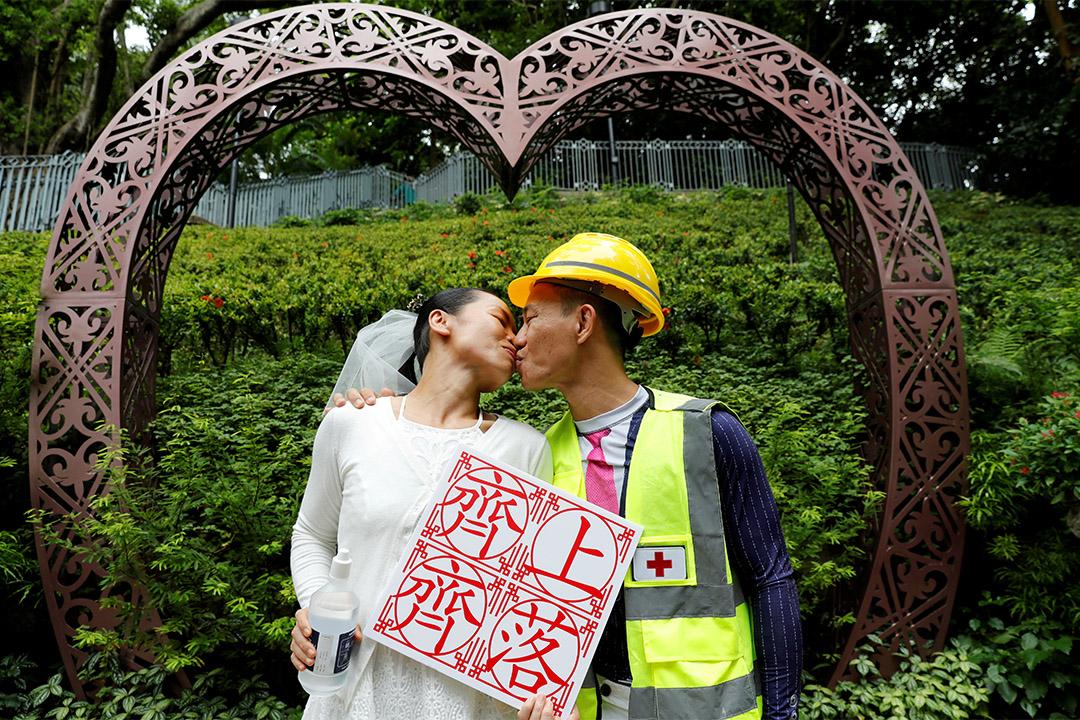 2019年8月4日,湯偉雄和杜依蘭在香港結婚後合影留念。