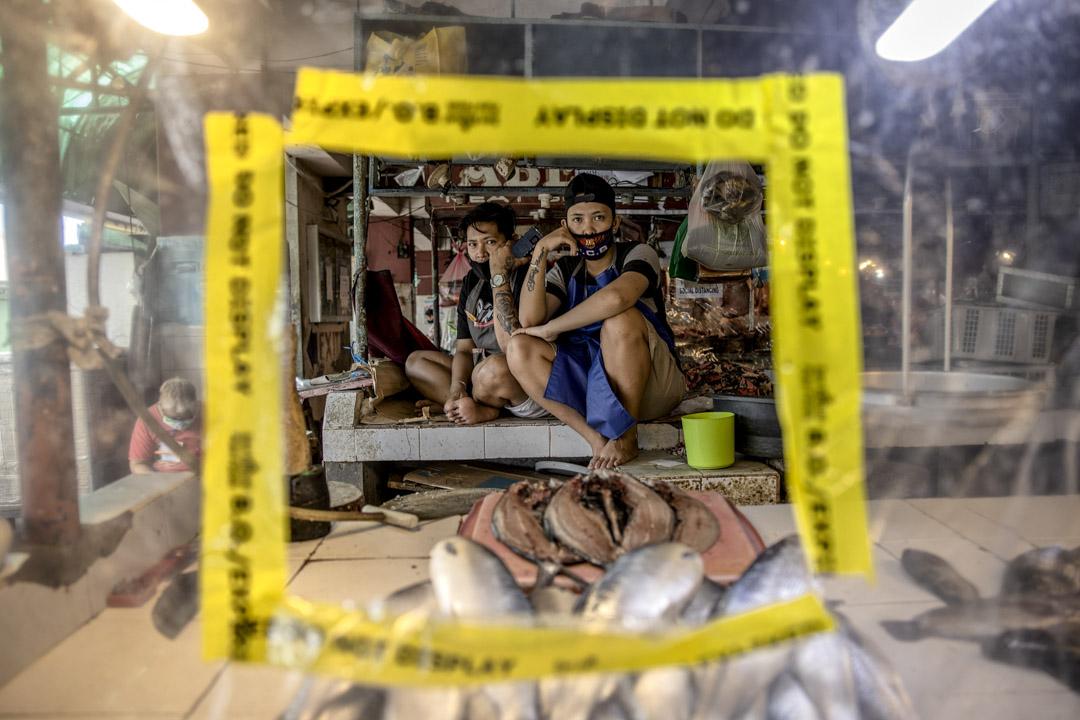 2020年3月30日,菲律賓首都馬尼拉,人們在的塑料棚子裡休息,以保持社交距離。