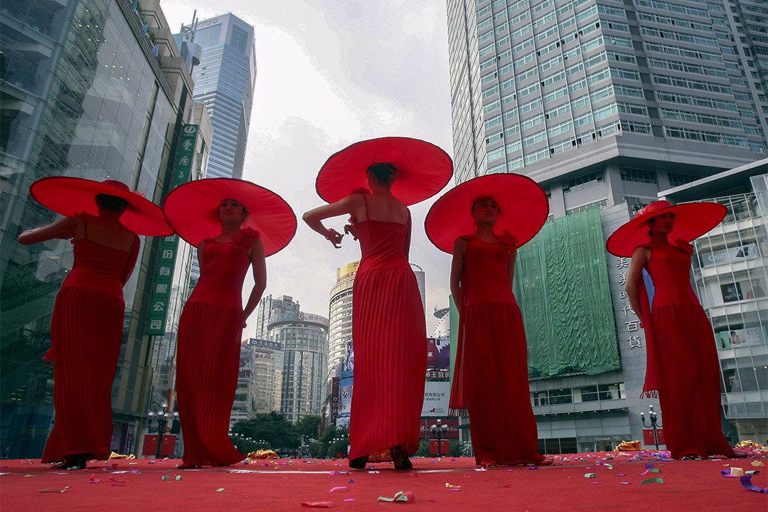 2006年9月30日重慶,舞者在舞台上表演,為10月1日中華人民共和國成立57週年國慶慶典做準備。