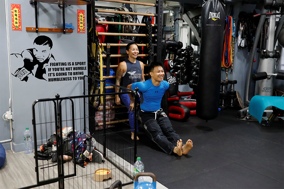 2020年6月25日,湯偉雄和杜依蘭在自己的健身房裡熱身,他們在香港任職私人健身教練。