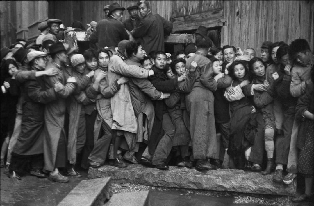 1948年12月23日,上海,一日將盡,排隊的人們仍抱著希望能買到黃金。
