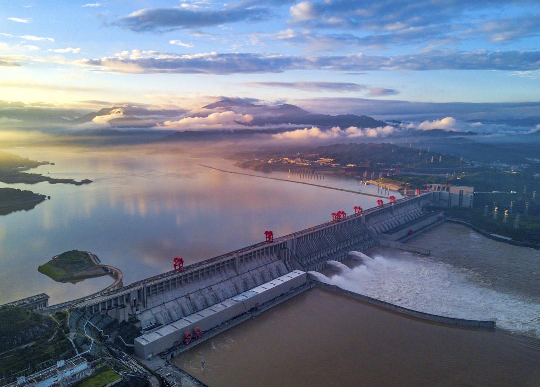 2020年7月2日,宜昌三峽大壩排洪。