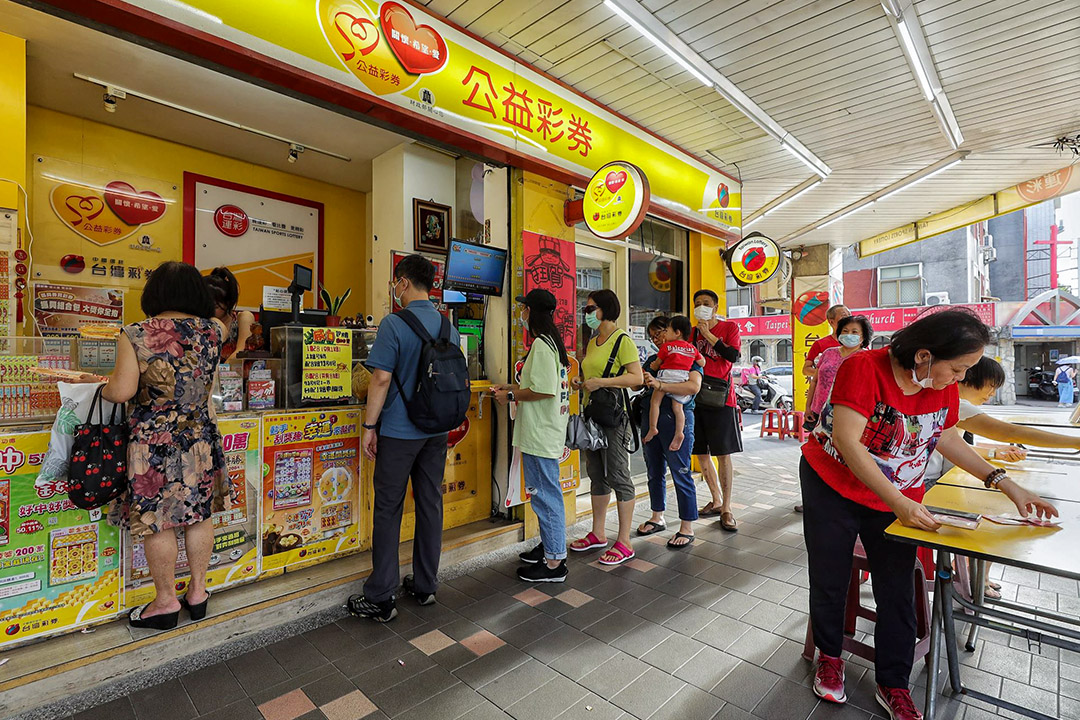 2020年7月28日台北,市民在排隊買台灣威力彩。 攝:張國耀/端傳媒
