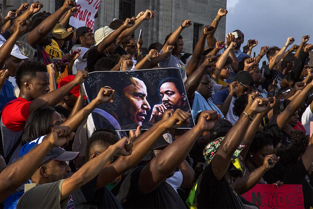 2016年7月9日洛杉磯,示威者在路易斯安那國會大廈聚集示威,抗議一名黑人阿爾頓·斯特林遭警察槍殺。 攝:Mark Wallheiser/Getty Images