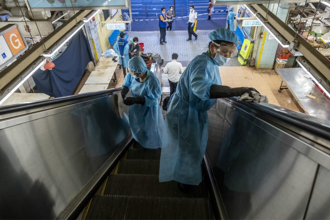 2020年7月19日,香港食環衛署僱用人員清潔扶手電梯。 攝:Vernon Yuen/Getty Images
