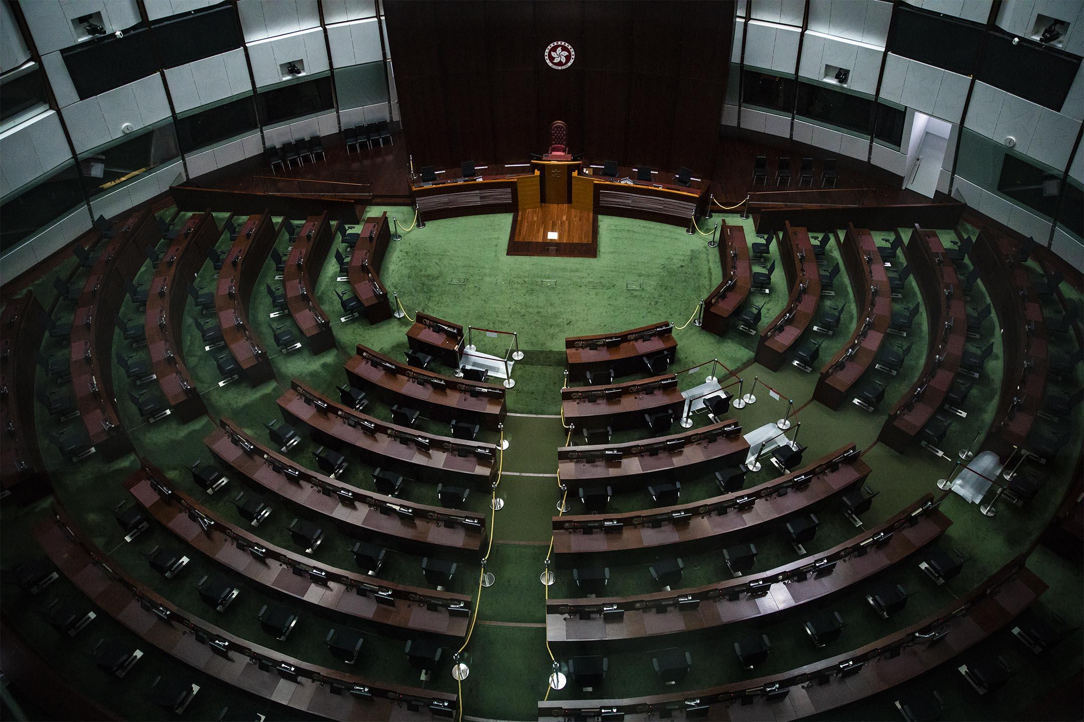 2020年8月1日,關了燈的立法會議事廳。 攝:陳焯煇/端傳媒