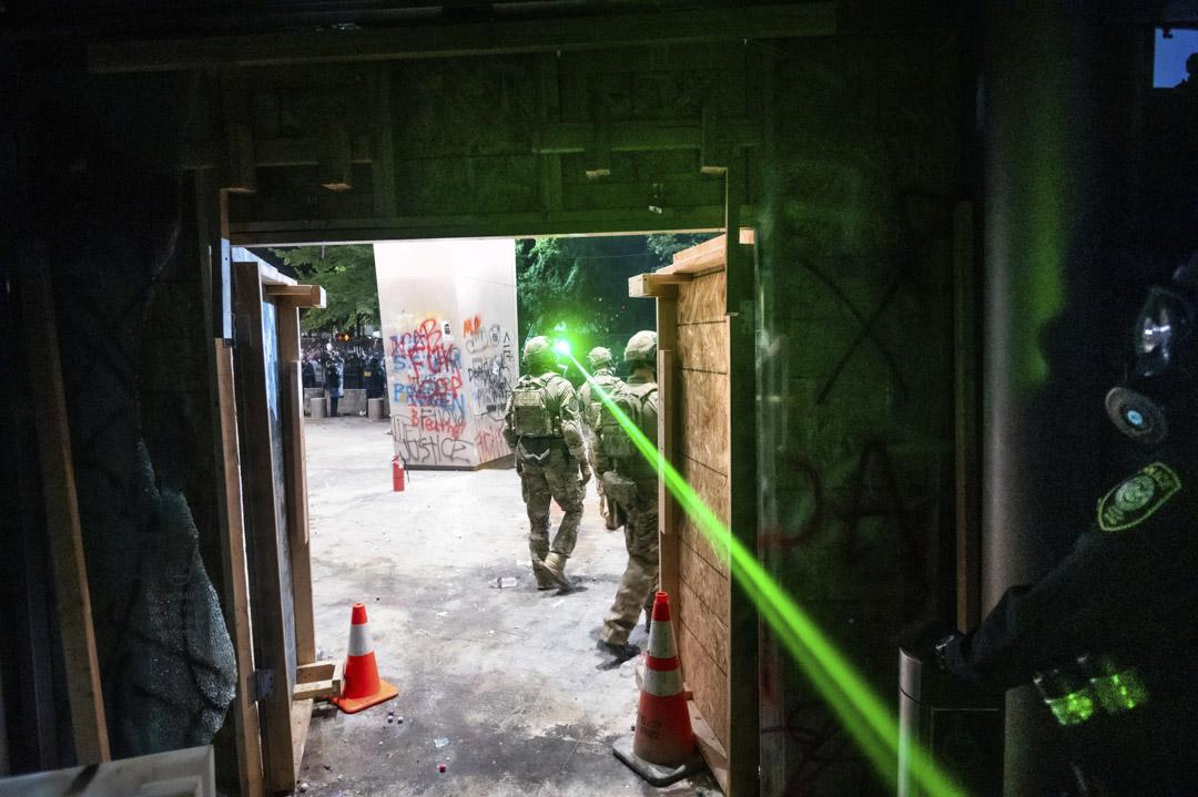2020年7月25日,波特蘭示威者用綠色雷射筆照向在法院裏戒備的武裝聯邦人員。