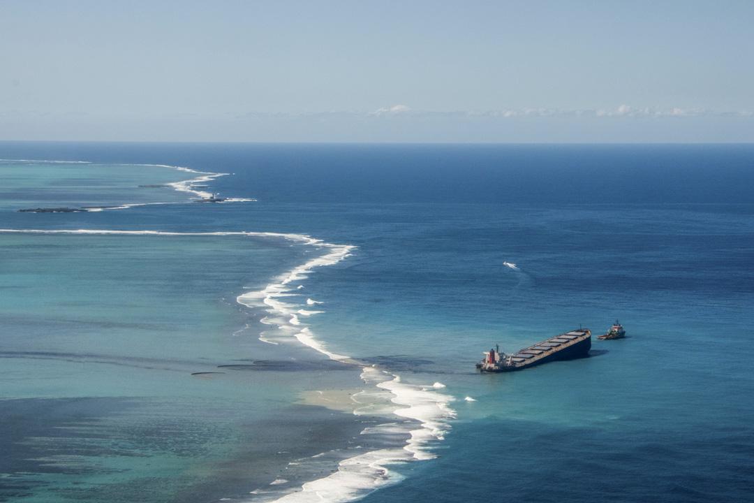 日本貨船「若潮號」在毛里求斯海域擱淺的狀況。
