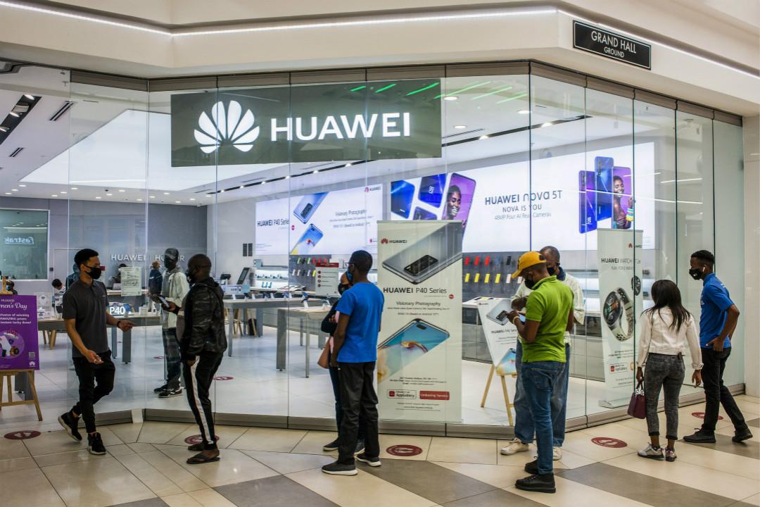 2020年8月12日,南非行政首都比勒陀利亞(Pretoria),顧客排隊進入華為專賣店。 攝:Waldo Swiegers/Getty Images