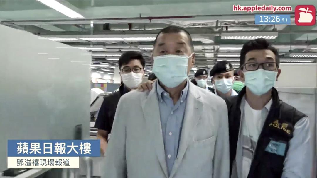 2020年8月10日,黎智英被警員帶返壹傳媒集團的大樓搜證。