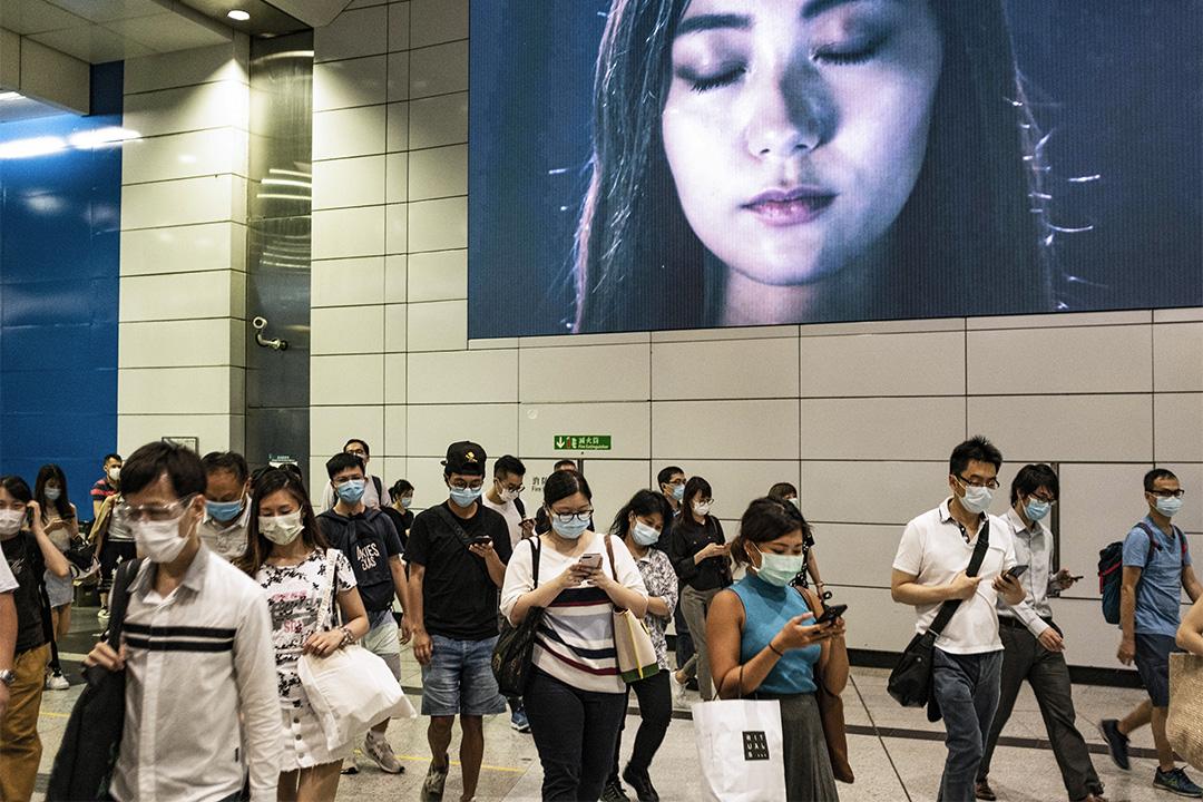 2020年7月10日,市民戴上口罩在下班時段的中環地鐵站內。