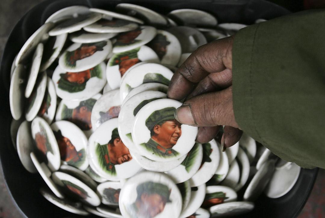 2005年12月26日,中國成都,觀眾在紀念毛澤東誕辰112週年的展覽內觀看印有毛澤東的徽章。