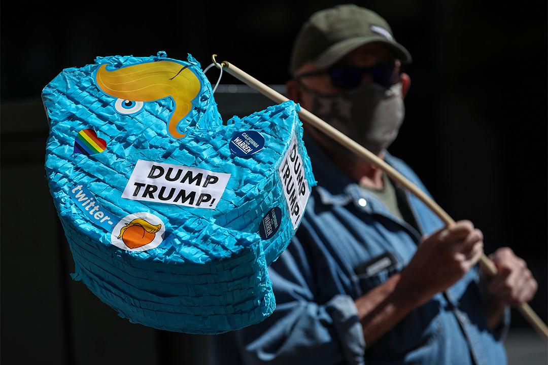 2020年5月28日加利福尼亞州舊金山,示威者拿著像戴上美國總統特朗普頭髮的Twitter徽標在Twitter總部外抗議。