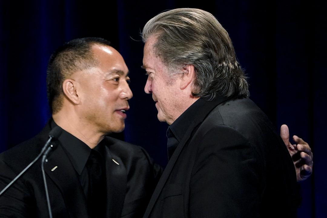 2018年11月20日,郭文貴與班農在美國紐約舉行新聞發布會。 攝:Carlo Allegri/Reuters/達志影像