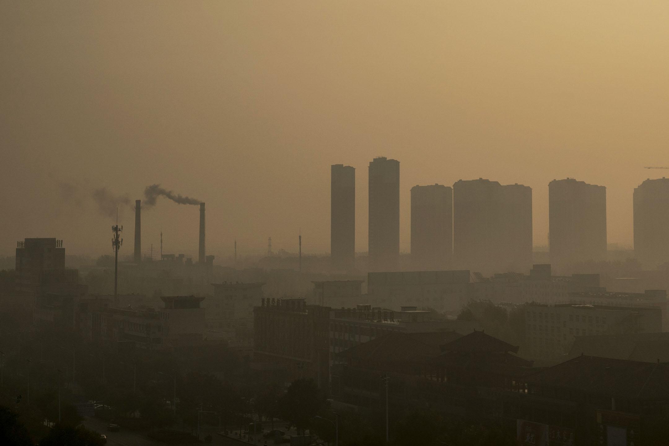2018年11月12日,山東省的化工廠與民居相隔不遠,周圍天空被煙霧籠罩。  攝:Zhang Peng/LightRocket via Getty Images