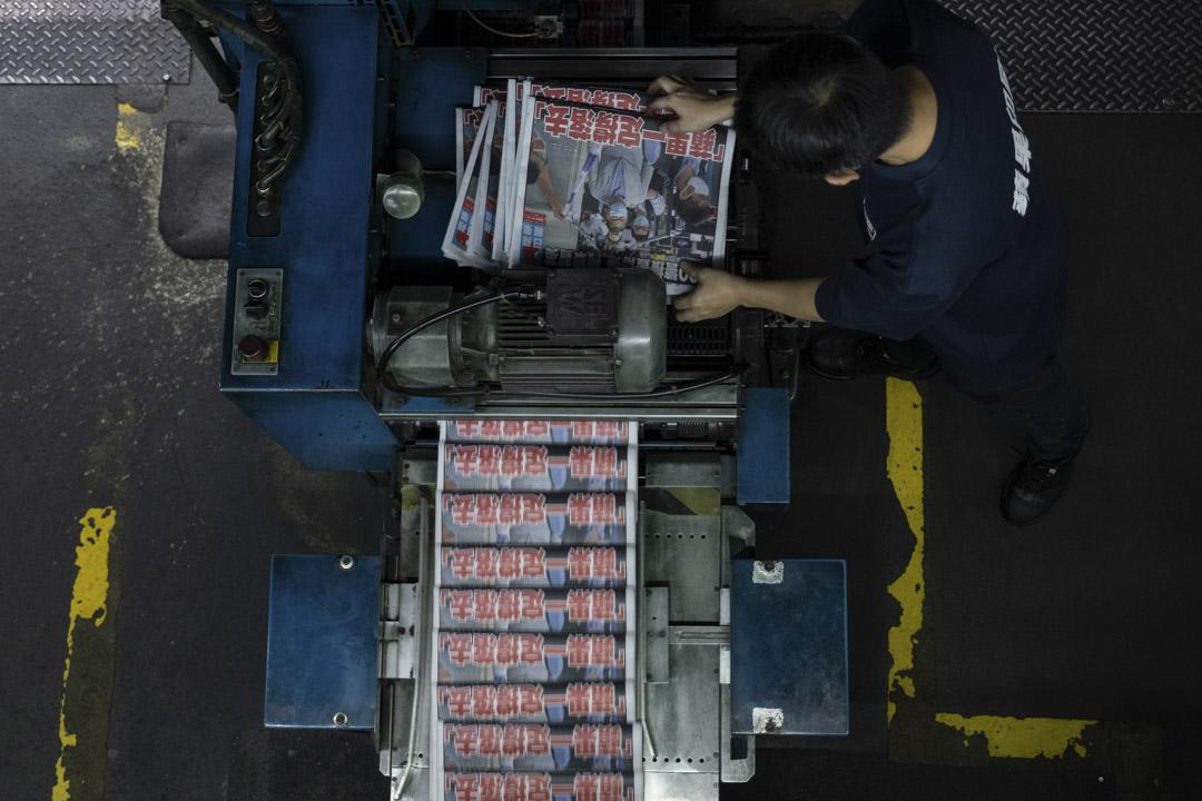 2020年8月11日凌晨,《蘋果日報》列印中。 攝:Roy Liu/Bloomberg via Getty Images