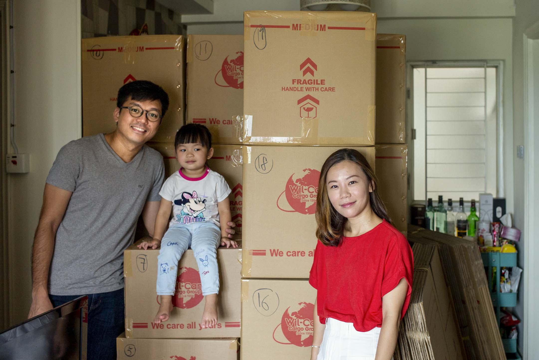 Apple、Keith和小女兒,身後是準備寄去倫敦的物品。