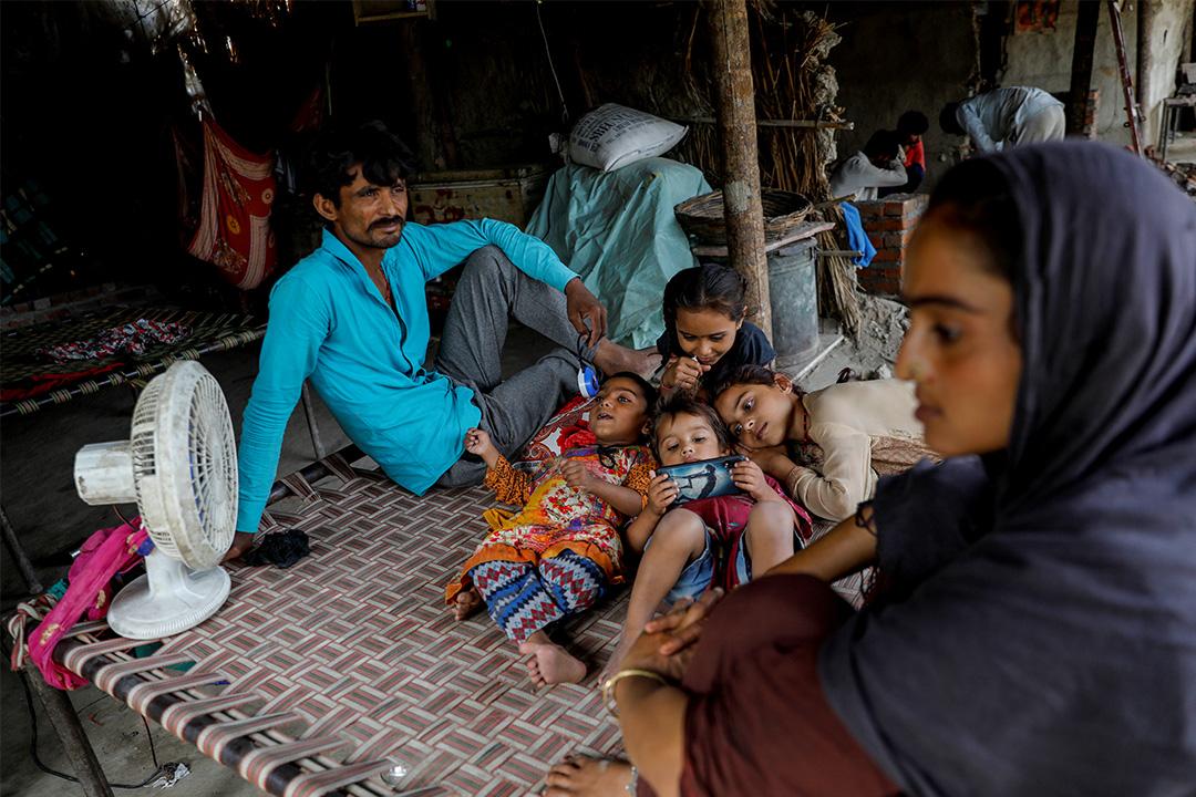 2020年6月3日印度新德里,孩子坐在的家中用手機觀看視頻。