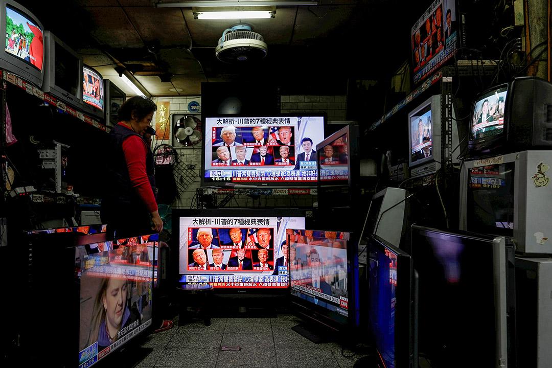 2017年1月21日,台北的一家二手商店的電視屏幕上看到美國總統特朗普的新聞。