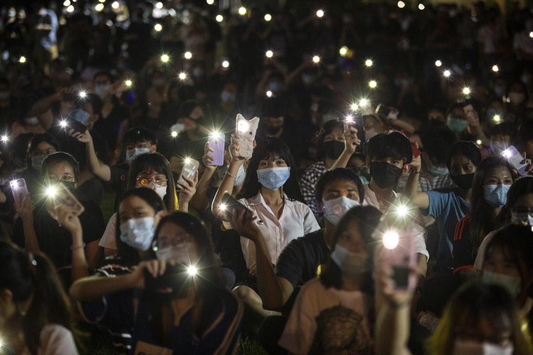 2020年8月18日,泰國曼谷有學生反政府集會,期間高舉手機燈。 攝:Lauren DeCicca/Getty Images