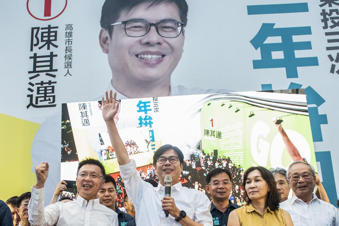 2020年8月15日,民進黨籍候選人陳其邁以67 萬贏得高雄市長補選後,登台發表感言,感謝支持者。