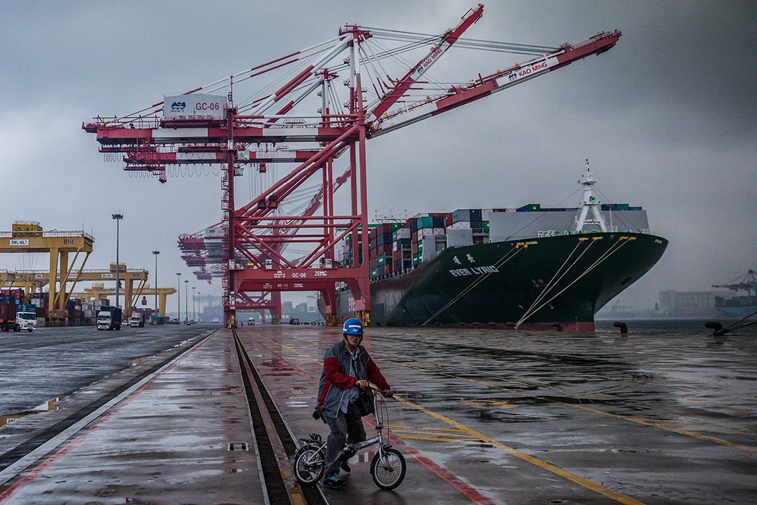 2016年5月24日,一名員工於台灣高雄港的碼頭騎自行車。