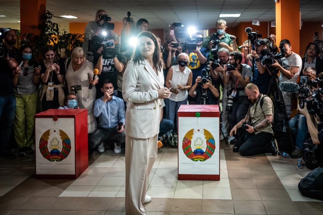 2020年8月9日,白羅斯舉行大選,反對派領袖季哈諾夫斯卡婭到票站投票。
