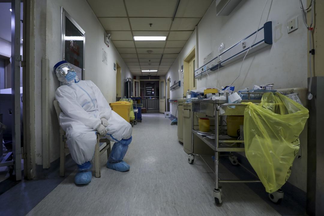 2020年2月23日,一名醫護在醫院的走廊裏休息。