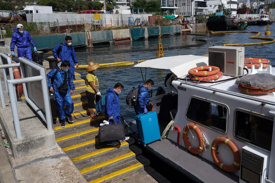 2020年7月26日, 海員準備在的大角咀海輝道海濱公園登小船到貨船工作。 攝:Zhang Wei/China News Service via Getty Images