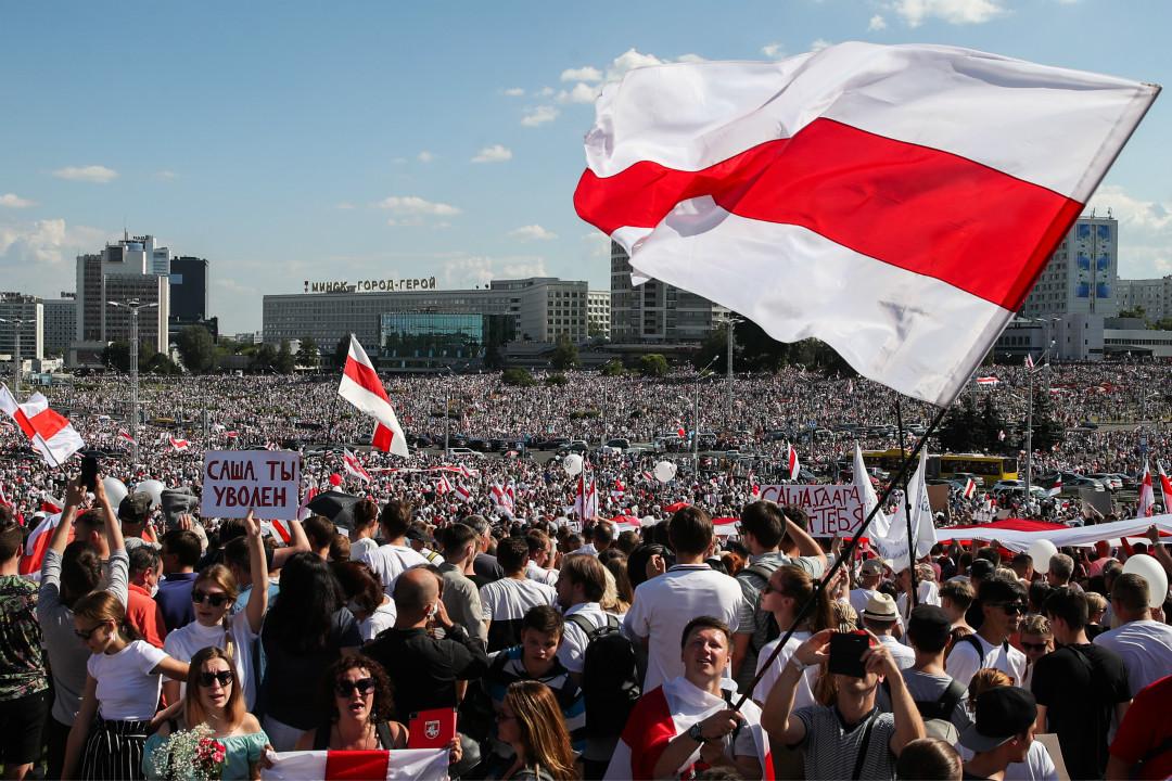 2020年8月16日,白羅斯首都明斯克,抗議者在二戰紀念碑前舉行大型反政府示威。 攝:Natalia Fedosenko\Getty Images