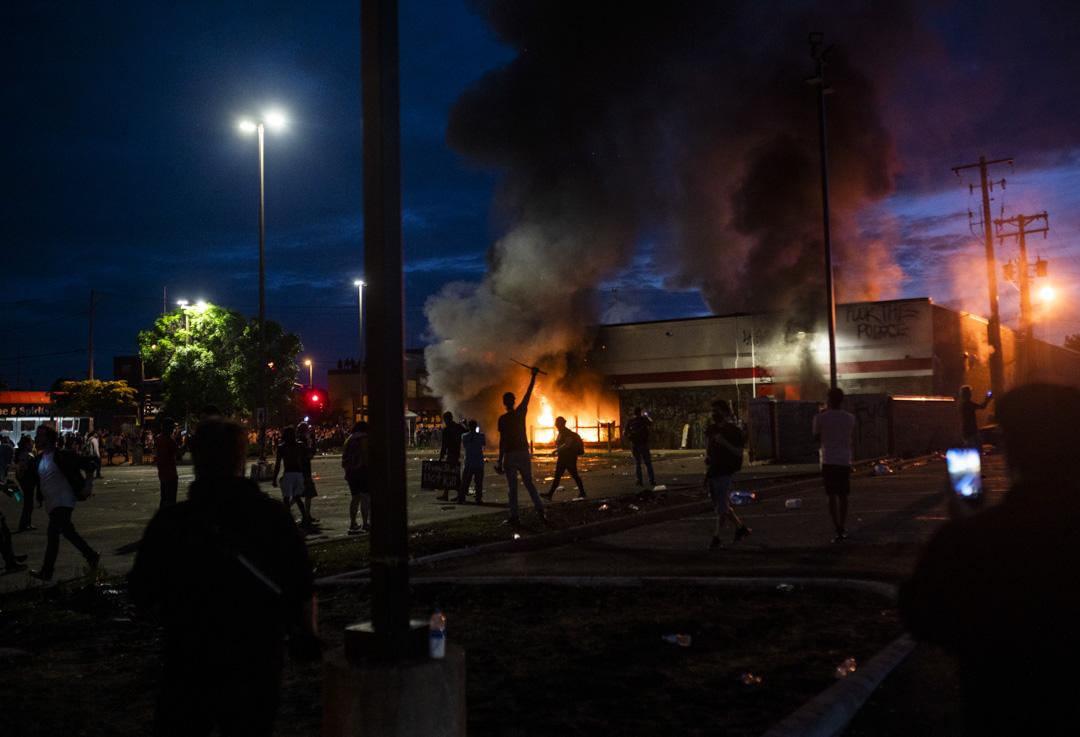 2020年5月27日,非裔美國人喬治·弗洛伊德(George Floyd)遭警察暴力死亡,引發全美範圍內的抗議活動。圖為明尼蘇達州明尼阿波利斯市一場抗議中有雜物燃燒。