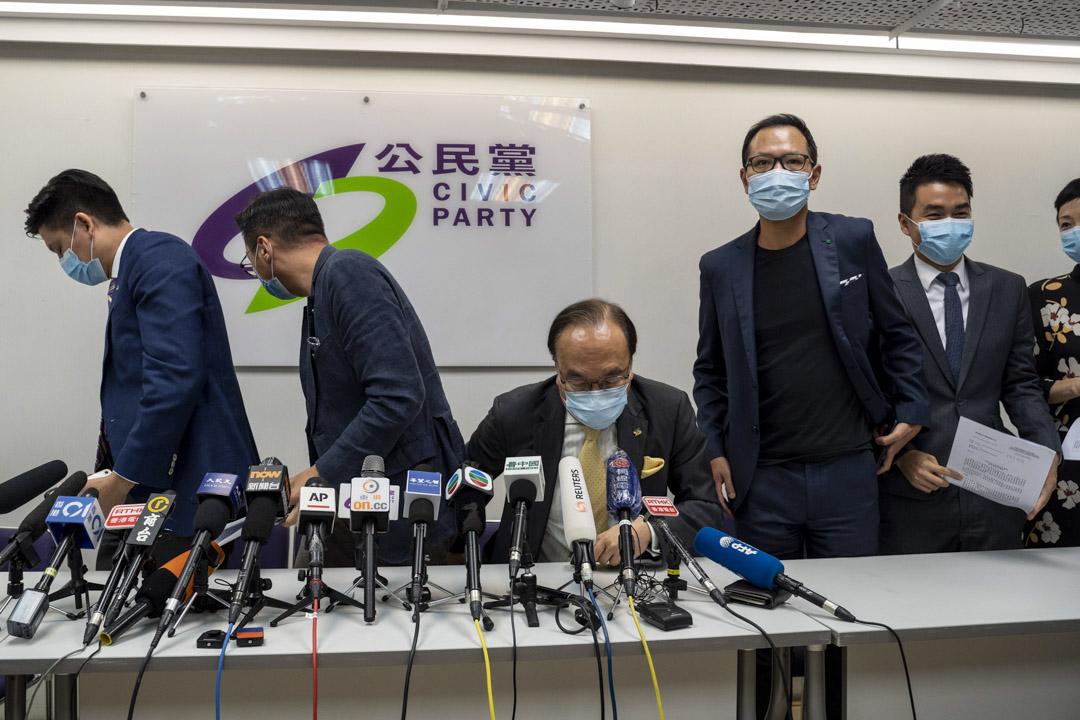 2020年7月30日,公民黨四名立法會參選人被裁定提名無效,其後人大常委會通過決定,香港現屆立法會繼續運作不少於一年,並沒有表明早前被取消參加新一屆立法會選舉資格的四名民主派議員不可留任。 攝:林振東/端傳媒