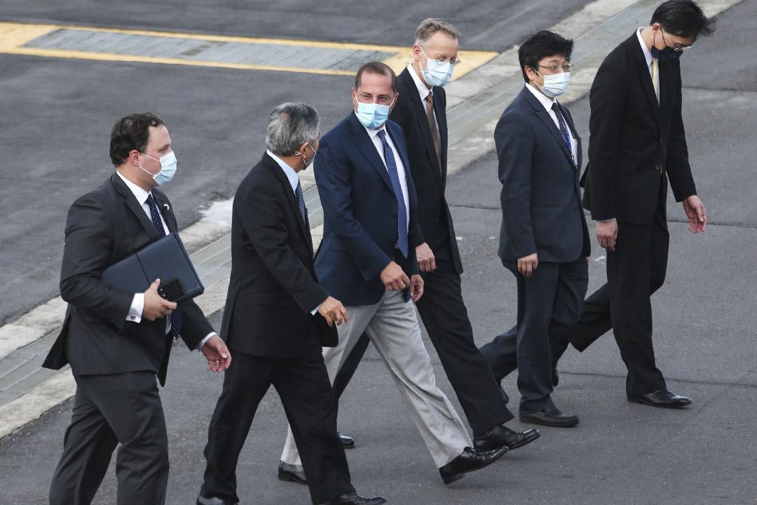 2020年8月9日,美國衛生及公共服務部部長亞歷克斯·阿薩爾(Alex Azar)到達台北松山機場並向媒體揮手。 攝:Chiang Ying Ying/AP/達志影像