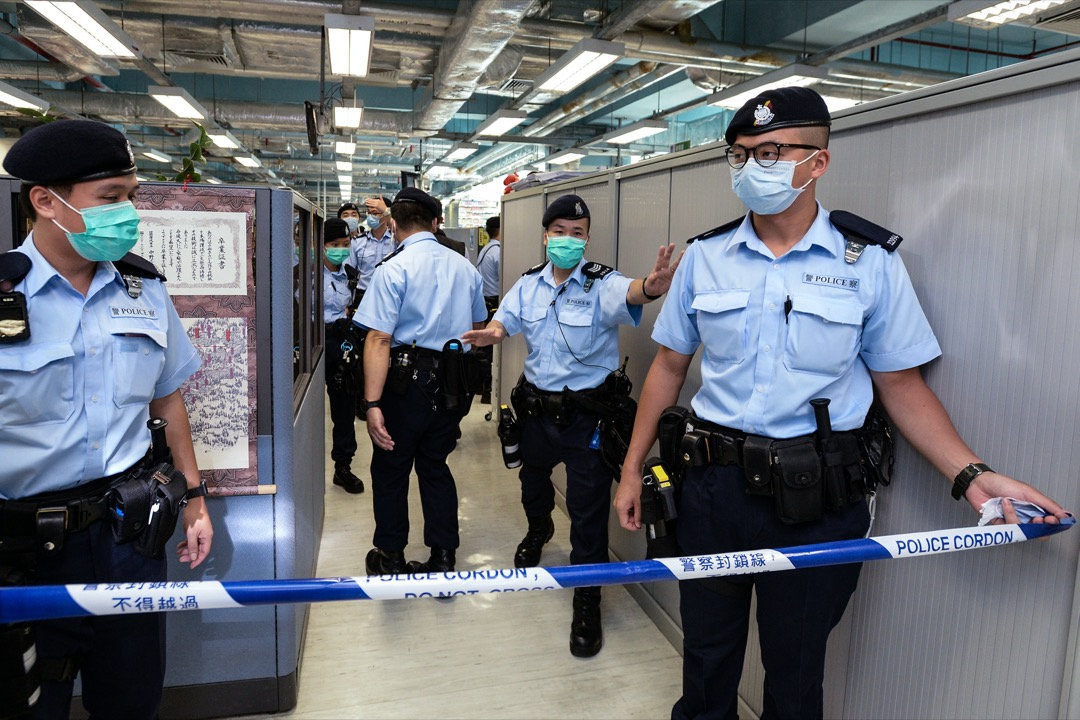警方在蘋果日報辦公室內拉起封鎖線。