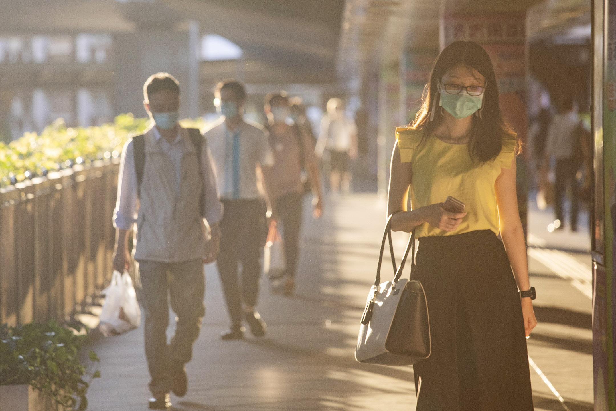 2020年7月25日,市民在中環下班時間走過行人天橋。 攝:陳焯煇/端傳媒