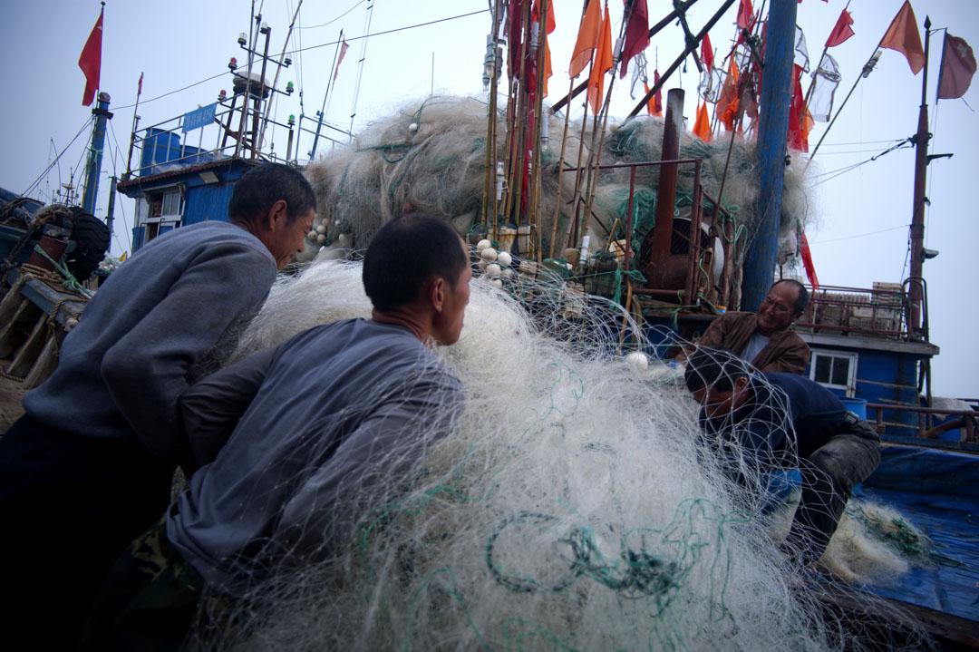 2012年5月14日,中國青島,中國漁民攜帶捕魚網為捕魚做準備。