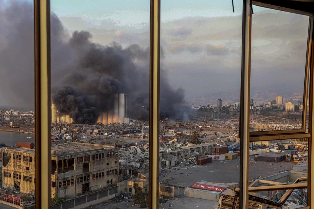 爆炸發生的倉庫起火冒煙。