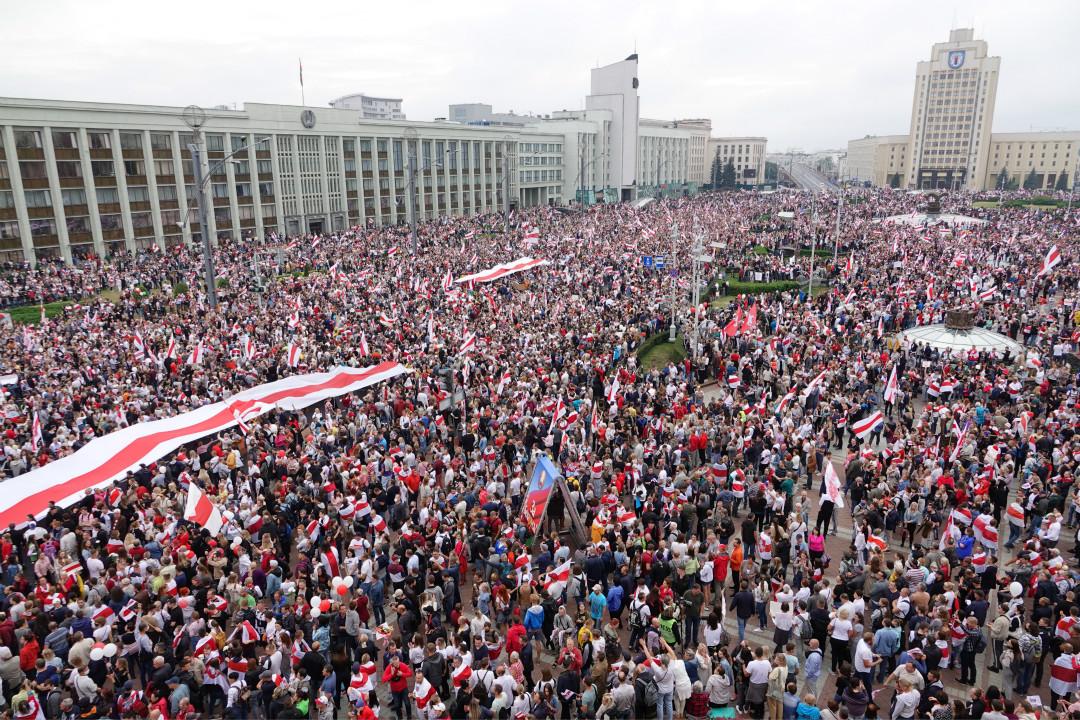 2020年8月23日,白羅斯首都明斯克,上萬民眾在獨立廣場參加反政府抗議。 攝:Ulf Mauder/Getty Images