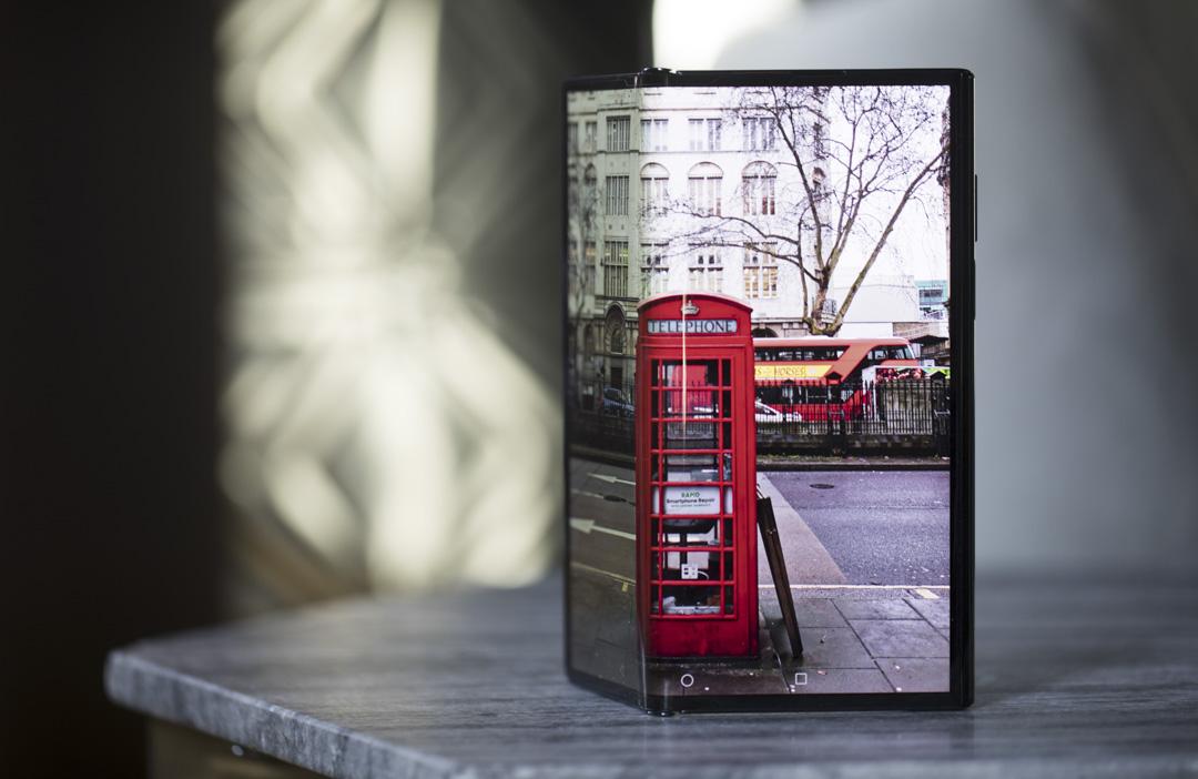 2020年2月18日,英國倫敦的發布會上展出華為新Mate Xs摺疊智能手機。